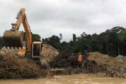 alt=Desmonte de bosques en Santiago del Estero – Excavadora en río