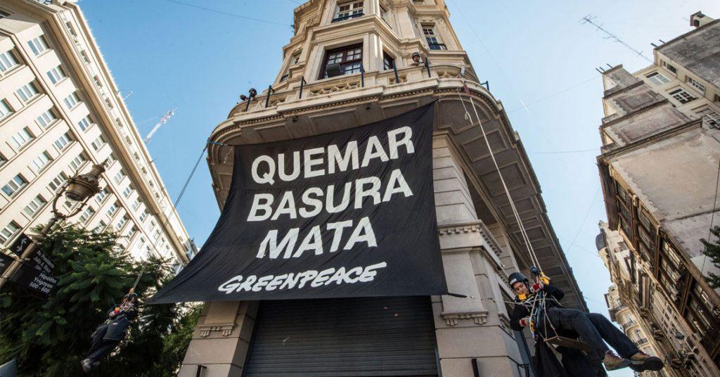 Quemar basura mata. Cartel de Greenpeace