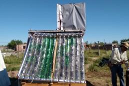 Un grupo de jóvenes construye termotanques con botellas de plástico
