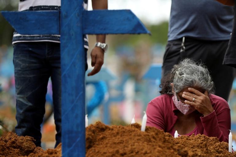 Los familiares lloran a su muertos en fosas comunes (REUTERS/Bruno Kelly)